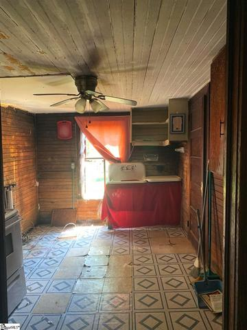 Laundry room featured at 122 Harrisburg St, Abbeville, SC 29620