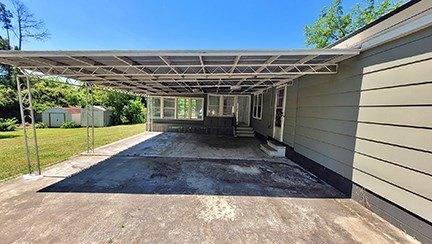 Garage featured at 135 S Third Ave, McRae, GA 31055