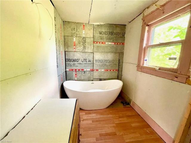 Bathroom featured at 622 Willis Ave, Youngstown, OH 44511