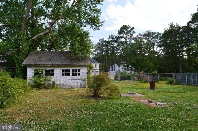 Yard featured at 7 W Main St, Crisfield, MD 21817