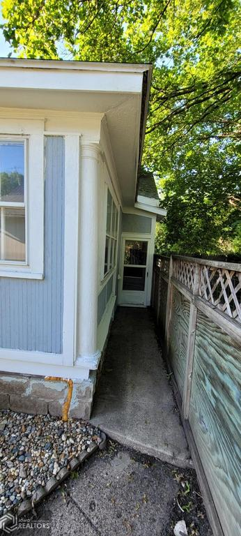 Porch yard featured at 927 S 15th St, Centerville, IA 52544