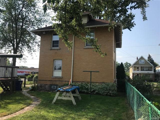 Yard featured at 2456 Ontario Ave, Niagara Falls, NY 14305