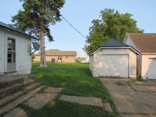 Yard featured at 1630 300th St, Dyersville, IA 52040