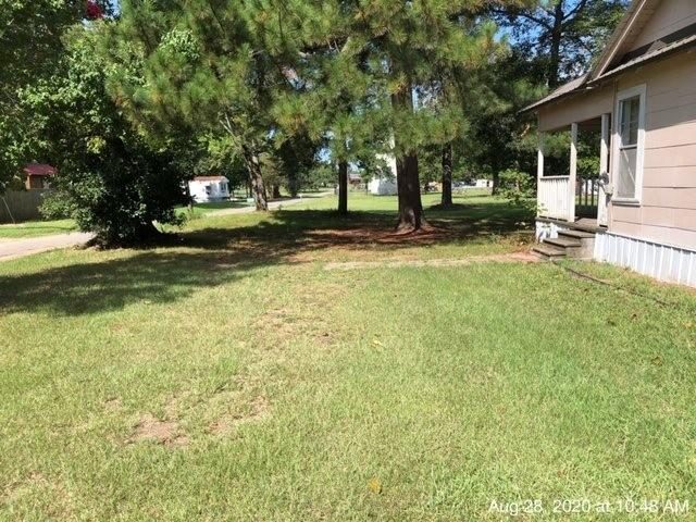 Yard featured at 335 Colorado St, Avery, TX 75554