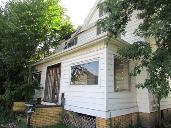 Porch featured at 639 Park Ave SW, Canton, OH 44706