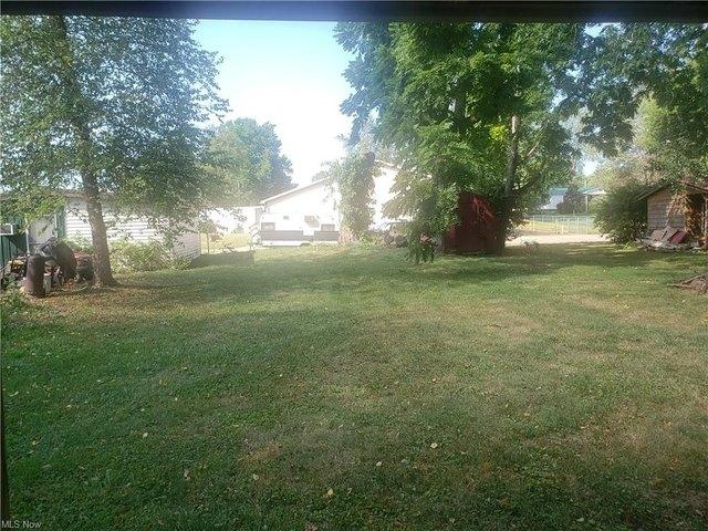 Yard featured at 296 Washington St, Elizabeth, WV 25270