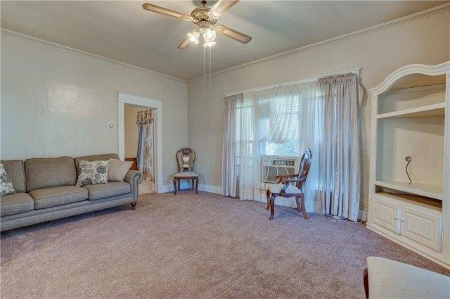 Living room featured at 501 W Pierce St, Mangum, OK 73554