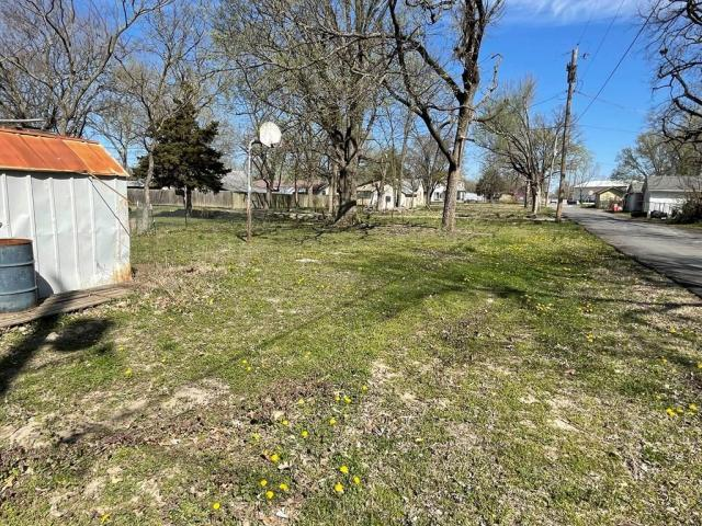 Yard featured at 800 W Cottonwood St, Independence, KS 67301