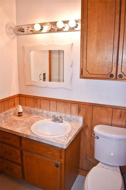 Bathroom featured at 712 SE 1st St, Antlers, OK 74523