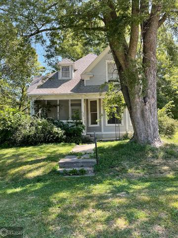Yard featured at 305 S Center St, Shenandoah, IA 51601