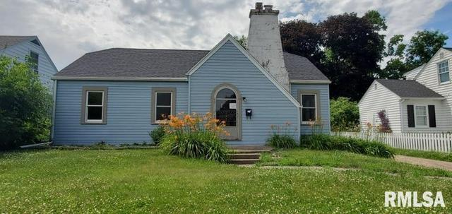 Yard featured at 1218 S 10th St, Clinton, IA 52732