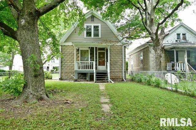Yard featured at 908 S Greenlawn Ave, Peoria, IL 61605
