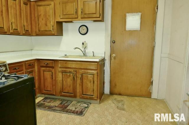 Kitchen featured at 908 S Greenlawn Ave, Peoria, IL 61605