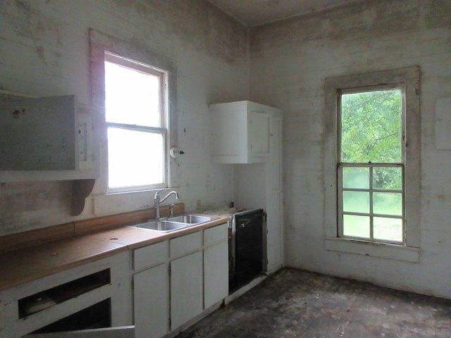 Kitchen featured at 333 Fleming St, Brundidge, AL 36010