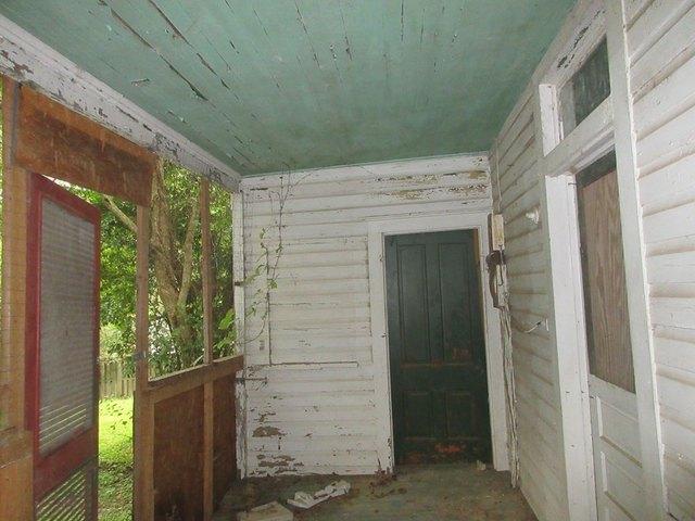 Porch featured at 333 Fleming St, Brundidge, AL 36010
