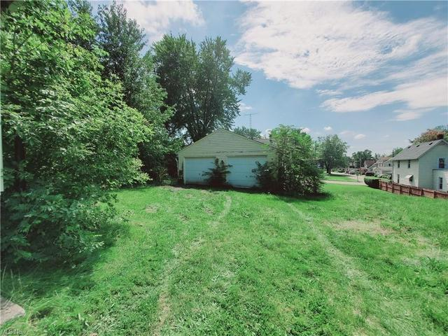 Yard featured at 1942 4th St SE, Canton, OH 44707