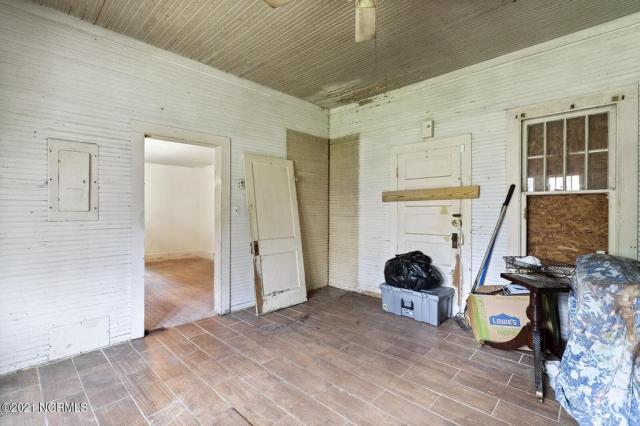 Garage featured at 716 Hallsboro Rd N, Clarkton, NC 28433