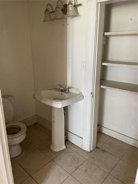 Bathroom featured at 314 N Charles St, Belleville, IL 62220
