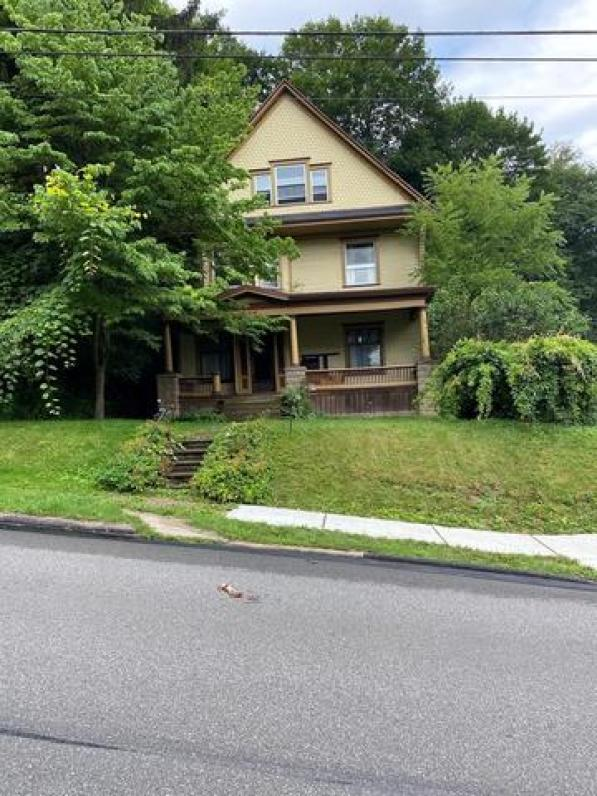 Yard featured at 310 Innis St, Oil City, PA 16301