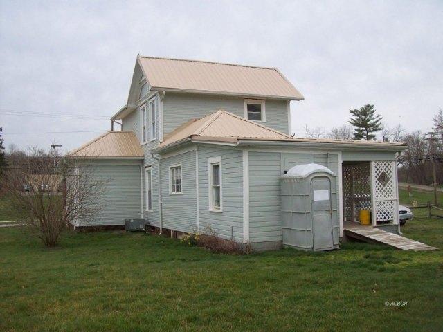Yard featured at 372 Main St, Rutland, OH 45775