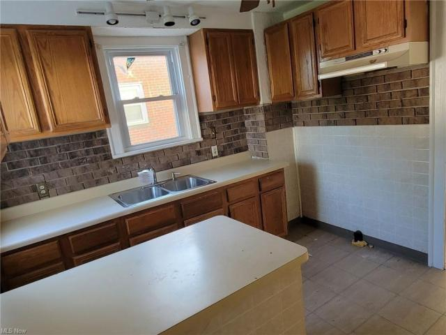 Kitchen featured at 3805 Monticello Blvd, Cleveland Heights, OH 44121