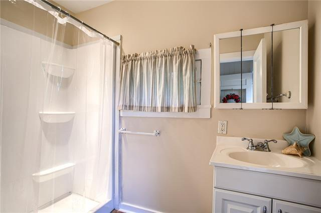 Bathroom featured at 426 Dunbar Ave, Excelsior Springs, MO 64024