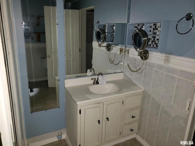 Laundry room featured at 802 S Cleveland Ave, Springfield, IL 62704