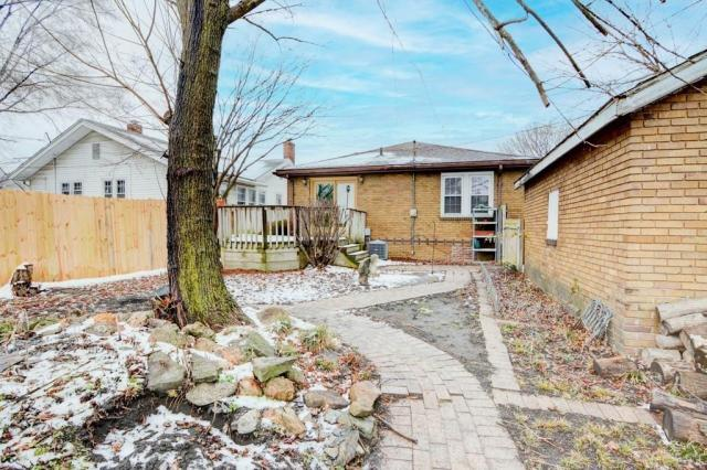 Yard featured at 2111 E Wood St, Decatur, IL 62521