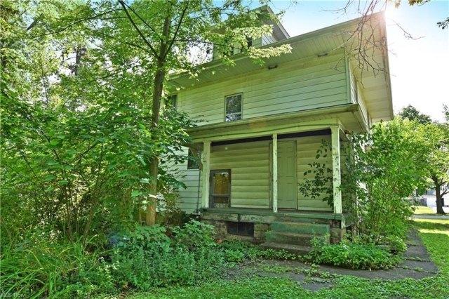 Porch yard featured at 155 Belvedere Ave SE, Warren, OH 44483