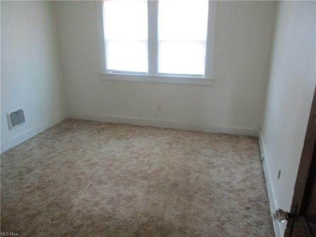 Bedroom featured at 22 Pinehurst Ave, Youngstown, OH 44512