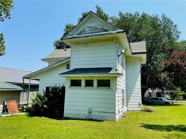 Garage featured at 1423 Main St, Trenton, MO 64683