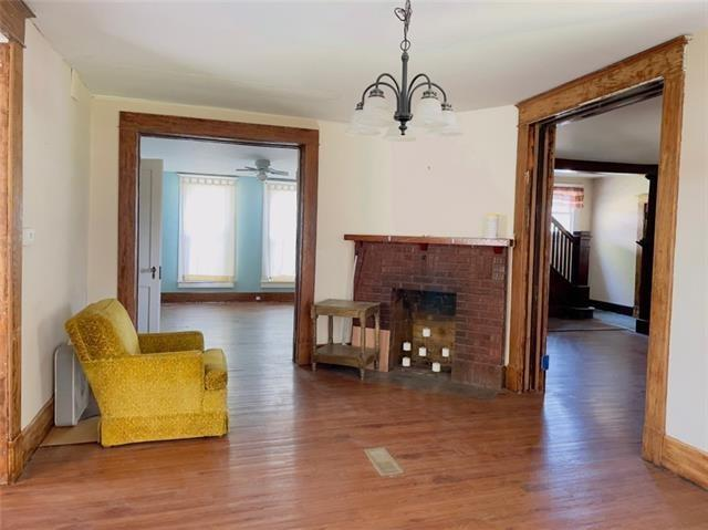 Living room featured at 1423 Main St, Trenton, MO 64683