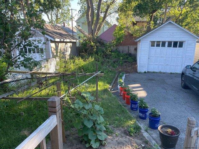Yard featured at 1318 Santa Fe St, Schenectady, NY 12303