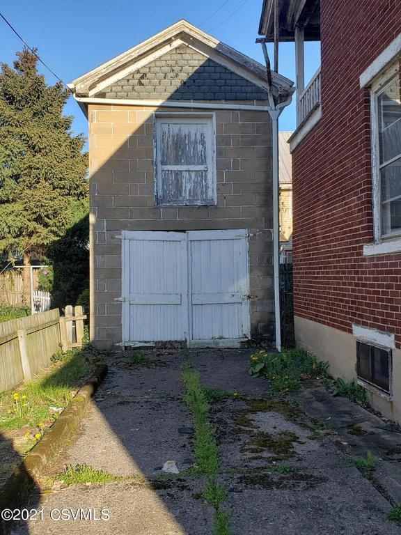 Yard featured at 836 Fort Augusta Ave, Sunbury, PA 17801