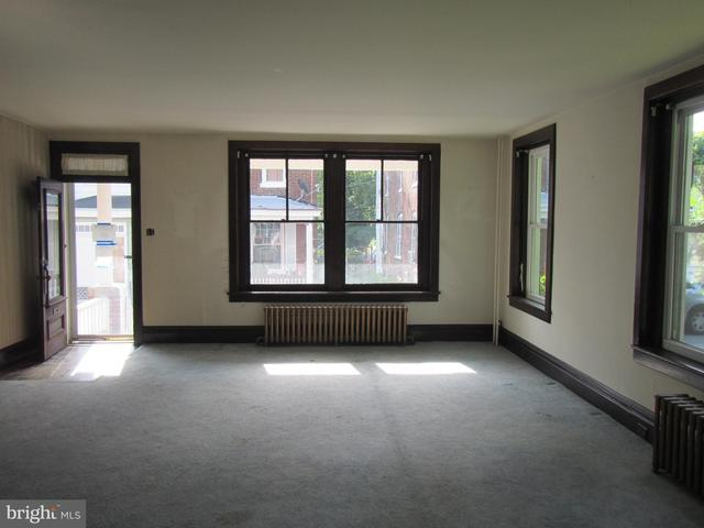 Living room featured at 117 Houston Ave, Harrisburg, PA 17103