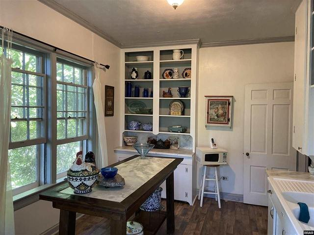 Kitchen featured at 402 E Moulton St, Hickman, KY 42050