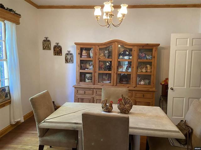 Dining room featured at 402 E Moulton St, Hickman, KY 42050