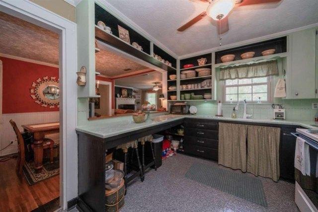 Kitchen featured at 713 Monroe St, Kilgore, TX 75662