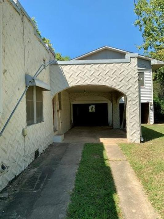 Garage featured at 1008 and 1100 Gibson St, Ozark, AR 72949