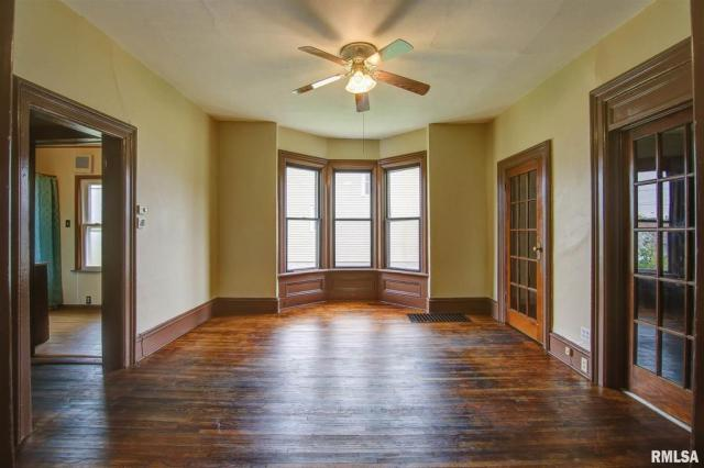 Living room featured at 434 8th Ave S, Clinton, IA 52732