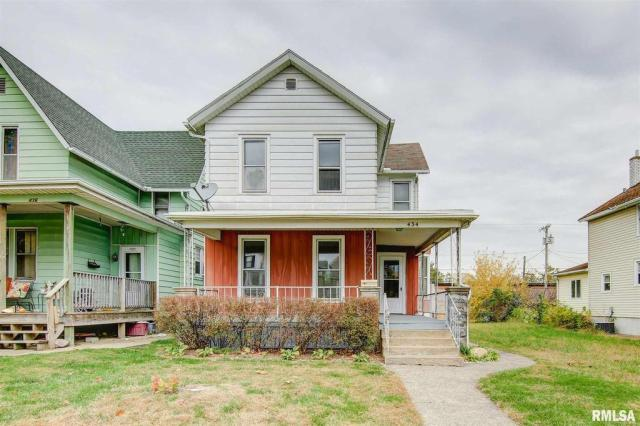 Porch yard featured at 434 8th Ave S, Clinton, IA 52732