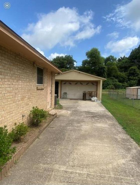 Garage featured at 662 W Chatham Dr, Greenville, MS 38701