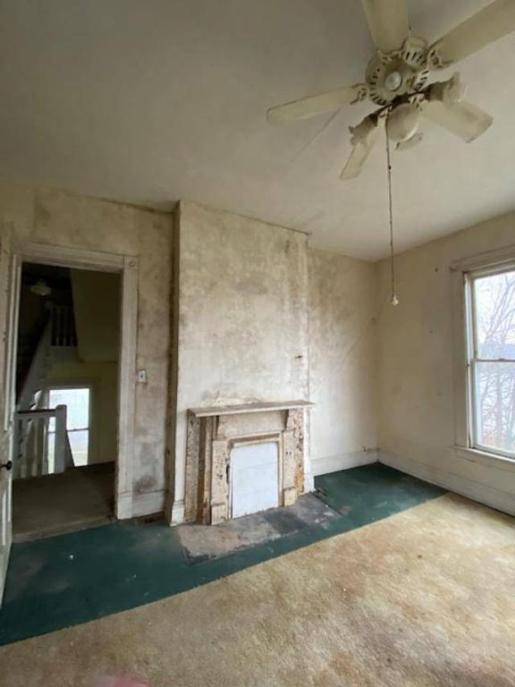 Living room featured at 478 W 2nd St, Maysville, KY 41056
