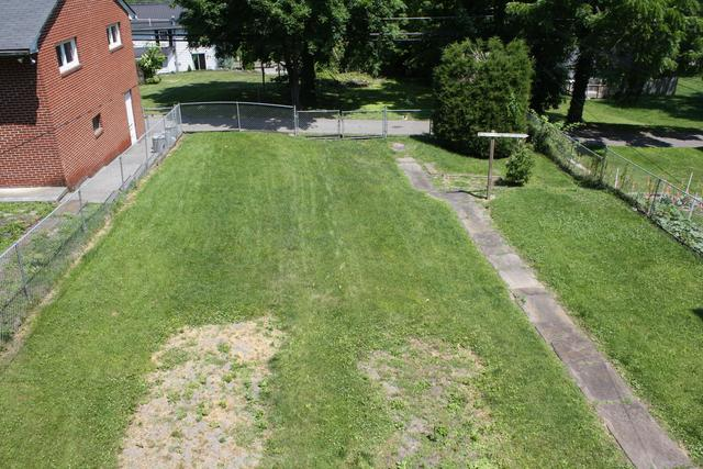 Yard featured at 711 Temple St, Hinton, WV 25951
