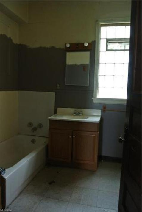 Bathroom featured at 700 Garfield Ave SW, Canton, OH 44706