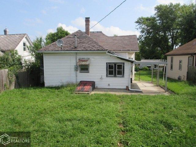 Yard featured at 1622 Palean St, Keokuk, IA 52632