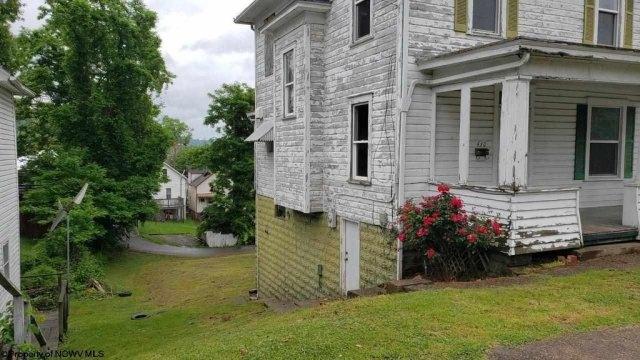Yard featured at 430 Duff St, Clarksburg, WV 26301