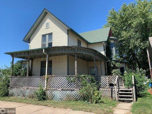 Porch yard featured at 511 W Adams St, Creston, IA 50801