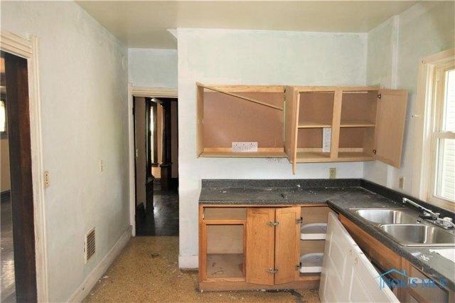 Kitchen featured at 431 Cincinnati St, Toledo, OH 43611