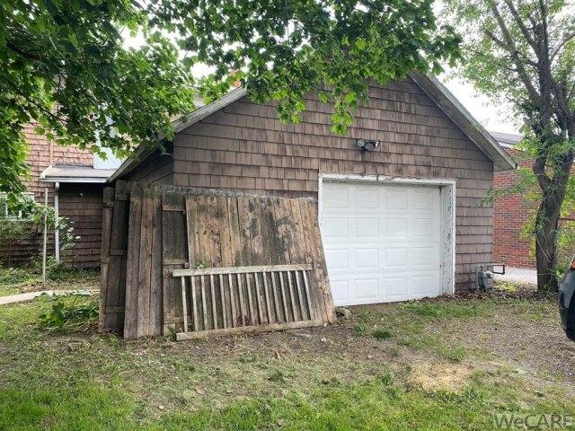 Garage featured at 229 S Detroit St, Kenton, OH 43326